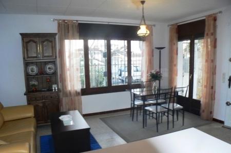 Blick ins Wohnzimmer aus der offenen Küche