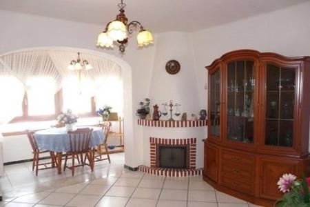 Wohnzimmer mit Kamin und Essbereich