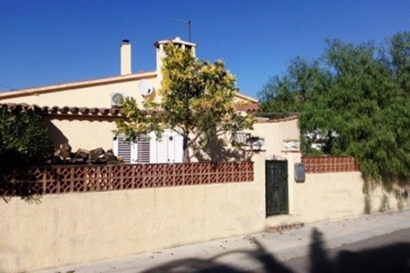 Schönes Haus mit großem Garten und stilvoll-geformten Pool in Roses