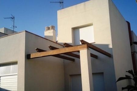 Neues, sehr modernes Einfamilienhaus mit Garage und Garten in Ampuriabrava