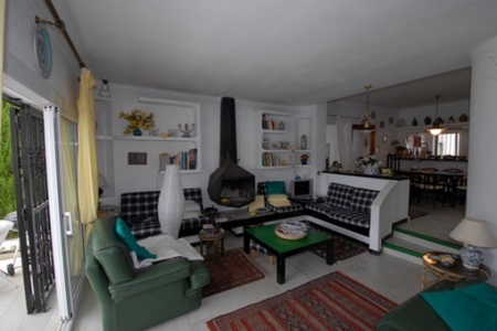 Wohnzimmer mit aufwendig designtem Kamin