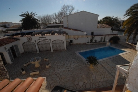 Große Terrasse mit Pool und Brunnen