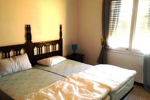 Doppelschlafzimmer mit Betten im spanischen Stil